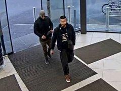 Muži na fotografiích se v Lidlu na ulici Újezd měli dopustit krádeže.