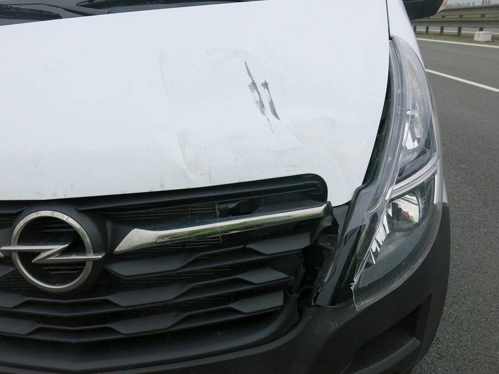 Nehoda na D46 u Prostějova - létající značení poškodilo dvě auta