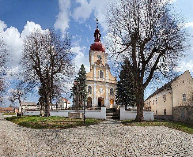 Tištínský kostel, fara a vpozadí knihovna.