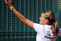 Česká reprezentantka Marie Bouzková (TK Sparta Praha) v napínavém souboji udolala Australanku Saru Tomičovou 5:7, 7:5 a 6:4 a získala domácímu družstvu první bod