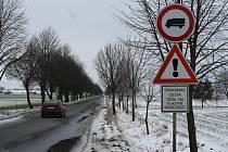 Některé cesty se v zimě neudržují. Řidiči zde však projíždí na vlastní nebezpečí po celý rok. Na snímku cesta z Olšan u Prostějova do Držovic.