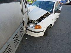 Srážka osobního automobilu s autobusem v Prostějově