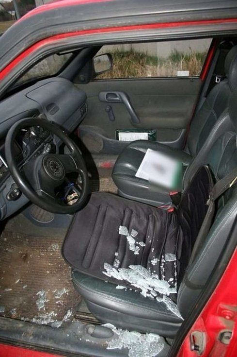 Zloděj vykradl ve středu odpoledne auto zaparkované v Lomené ulici v Prostějově