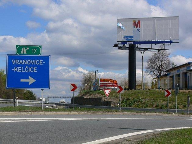 Černá stavba v podobě billboardu u Vranovic-Kelčic