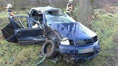 7dcc8ba6ec7 Auto vyletělo ze silnice a rozbilo se o stromy. Řidiče našli v bezvědomí