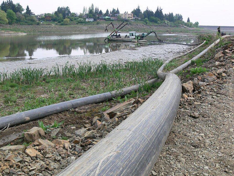 Kráčející bagr na přehradě