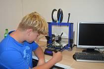 Zájemci o 3D tisk se schází každou středu a učí se naprogramovat vlastní modely.