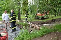 Odčerpávání vody z Mlýnského náhonu v Prostějově