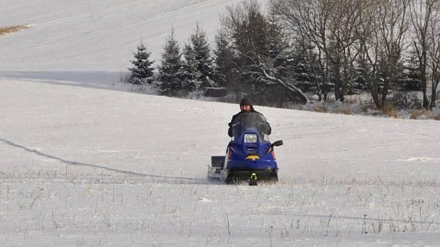 """Za drahanskou hospodou u Pepíčka se pomalu rodí trať pro běžkaře. """"Sněhu je zatím málo. Pokud nenasněží alespoň deset centimetrů nebo nenafouká do uválené stopy, tak z lyžování nic nebude,"""" shoduje se vlastník sněžného skútru Břetislav Usnul."""