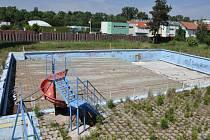 Chátrající areál bývalého koupaliště u zimního stadionu v Prostějově. Co se s ním stane?