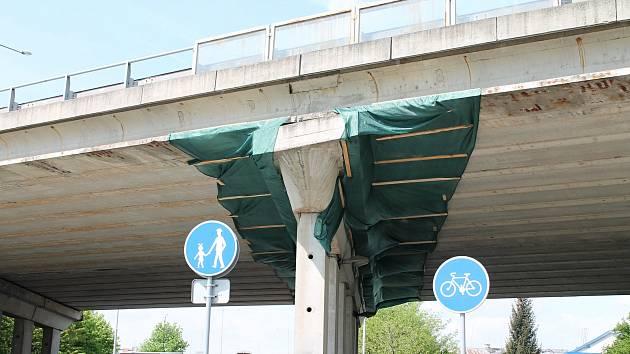 Odpadávající kusy betonu z dálničního mostu na estakádě Haná, by měly zachytit plachty