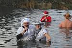 Vánoční koupel ve výpusti plumlovské přehrady v Mostkovicích