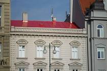 Plechová střecha domu, kde sídlí prostějovské knihkupectví U Radnice, má nový nátěr