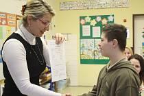 Rozdávání vysvědčení ve speciální škole pro handicapované děti Jistota