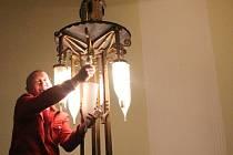 Výměna žárovek v Národním domě v Prostějově