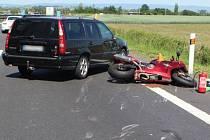 Motorkář na Hondě škrtl o Volvo a skončil v nemocnici.