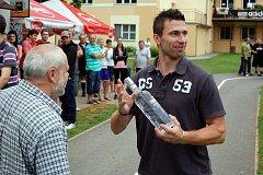 Fotbalový trunaj v Olšanech -  kapitán Jestřábů Lukáš Duba přebírá cenu za druhé místo