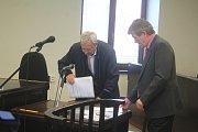 Exstarosta Určic Vlastimil Konšel v úterý poprvé usedl na lavici obviněných. Čelí podezření z trestného činu nedovolené nakládání s odpady.