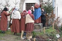 Živý betlém v zahradě kostela Povýšení svatého Kříže.