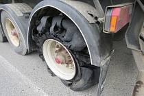 Šroub poničil dvě auta.