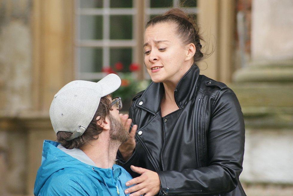 Divadelní zkouška hry Ženy a sluhové na plumlovském zámku - 6. 8. 2020 - Anna Stropnická