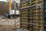 Stavba mostu přes Hloučelu na nové cyklostezce u plumlovské přehrady - 27. 3. 2021