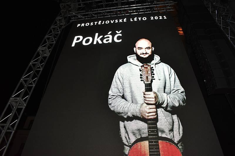 Úterní koncert písničkáře Pokáče zaplnil prostějovské náměstí T. G. Masaryka. 24.8. 2021