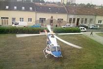 Vrtulník přiletěl pro zraněného Roma až na Husovo náměstí v Prostějově