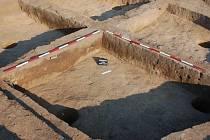 Pozůstatky polozahloubených chat a fragmenty nádob objevili archeologové u Mostkovic
