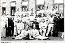 POŽÁRNÍCI. Sbor dobrovolných hasičů byl v obci založený v roce 1926, snímek zachycuje zakládající členstvo.