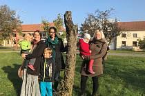 Nadšenci ze Smržic se rozhodli společně s dětmi sázet stromy.