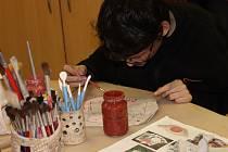 Výrobky z keramiky, hedvábí i jiných materiálů vznikají pravidelně v multifunkční dílně na soukromé speciální škole Jistota