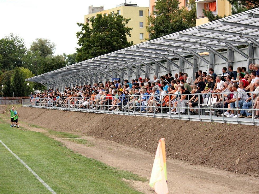 Prostějovští fotbalisté (v modrém) ve své domácí třetiligové premiéře nestačili na Frýdek-Místek, kterému podlehli 1:3.  Zaplněná nová tribuna prostějovského stadionu