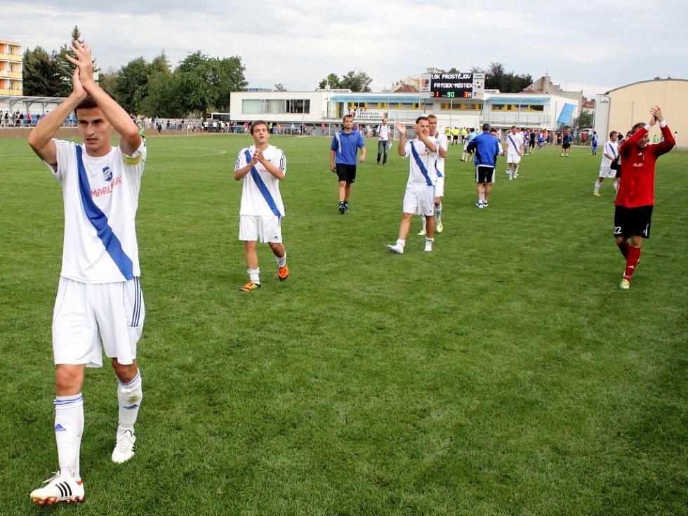 Prostějovští fotbalisté (v modrém) ve své domácí třetiligové premiéře nestačili na Frýdek-Místek, kterému podlehli 1:3.  Radost hráčů Frýdku-Místku po vítězném zápase.