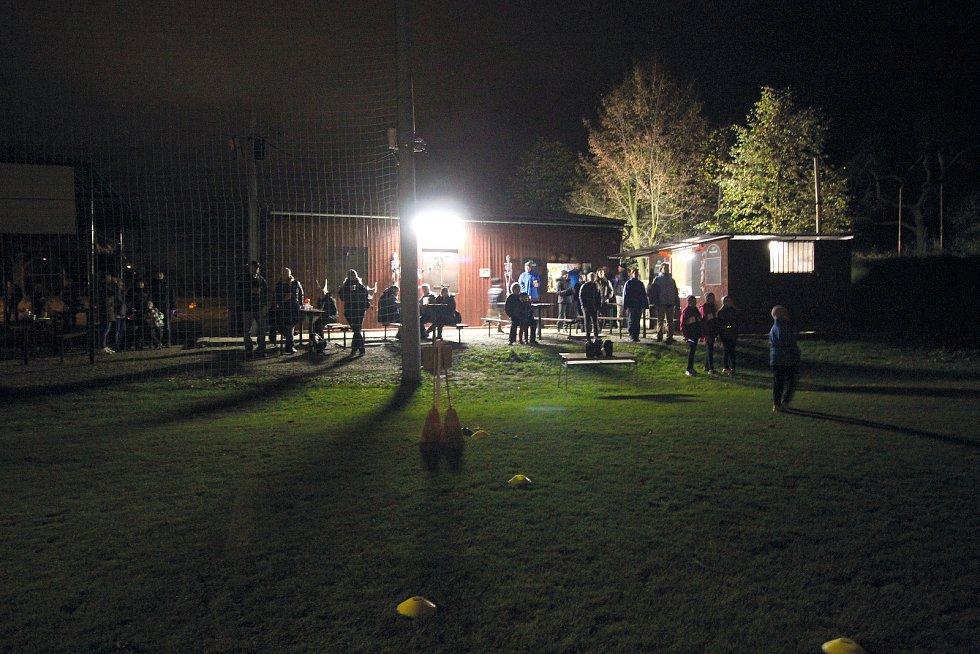 Čechovičtí fotbalisté uspořádali v den státního svátku v areálu hřiště velkou haloweenskou slavnost.