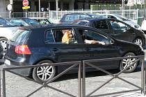 LOVCI FOTEK: Pes v autě