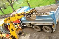 Bagr v první fázi oprav vytáhne ze země 40 tun kostek.