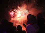 Silvestrovský ohňostroj nad Podhradským rybníkem v Plumlově