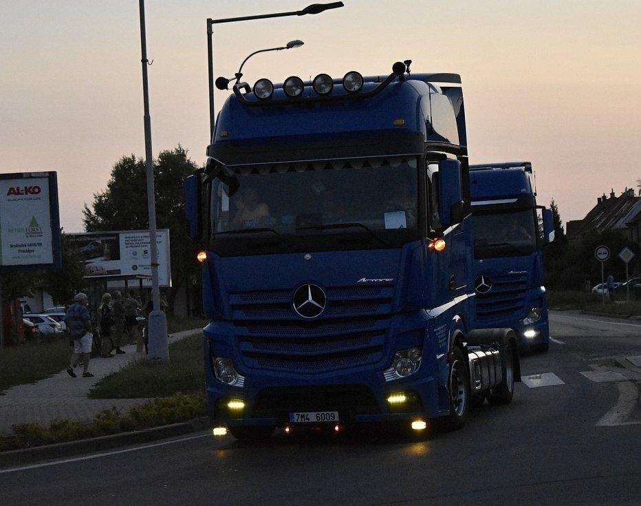 Třídenní dostaveníčko kamionů, trucků a dodávek v plumlovském kempu Žralok zahájila páteční jízda večerním Prostějovem. 23.7. 2021