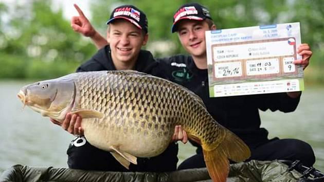 Dvojice náctiletých rybářů z Kostelce na Hané zvítězila na mistrovství republiky a z Evropy vylovila bronz