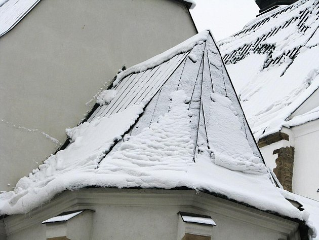 Těžký mokrý sníh hrozí sesuvem ze střech