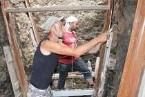 Archeologové ve výkopu před prostějovskou radnicí