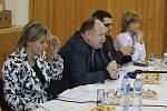 Náměstkyně ministra vnitra pro státní správu Jana Vildumetzová přijela společně s poslancem Ladislavem Oklešťkem do Duban podiskutovat se starosty.
