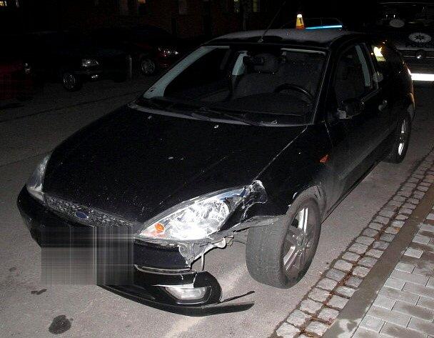 Opilý řidič fordu porazil značku v ulici Dobrovského v Prostějově