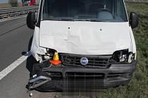Po srážce dvou nákladních aut na R46 skončilo jedno z nich ve svodidlech