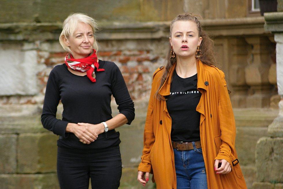 Divadelní zkouška hry Ženy a sluhové na plumlovském zámku - 6. 8. 2020 - Veronika Žilková a Ladislava Jančíková