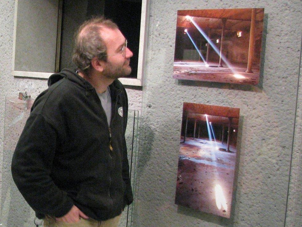 Režiséra zaujaly ve foyer kina snímky prostějovského fotografa Petra Sládka