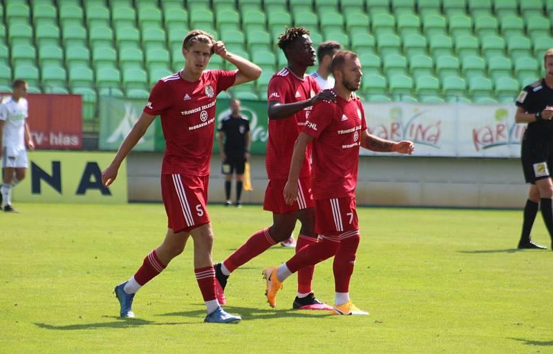 Třinečtí fotbalisté (v červeném) během generálky v Karviné.Tomáš Zlatohlávek (vlevo)
