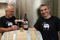 Jarda Švarc (vlevo) a Jiří Omelka (vpravo) vařili pivo hlavně pro sebe a rodinu. Netrvalo ale dlouho a z domácího vaření se stal pivovar s vlastním hostincem, který dodává pivo do celého regionu.