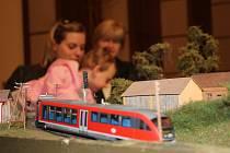 Modely železnic zasazené mnohdy do půvabné krajiny zaujaly děti i dospělé. Hrát si na cestování vlakem mohl každý, kdo přišel o víkendu do prostějovského Kasca.